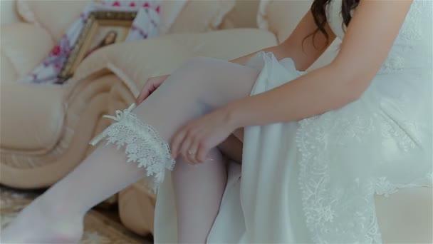 Krásná nevěsta na sobě svatební příslušenství