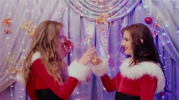 Zwei Mädchen trinken Champagner Neujahr