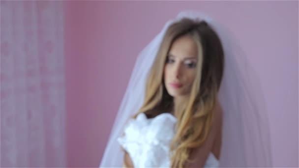 Krásná a sexy holka, se snaží na svatební šaty
