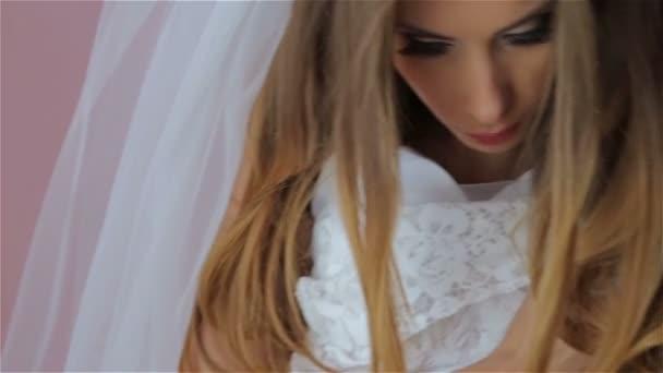 paní se snaží na svatebních šatech a s úsměvem