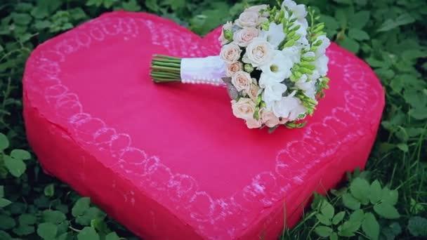 Hochzeitsstrauss Auf Einem Roten Herz Stockvideo C Pro100pasha
