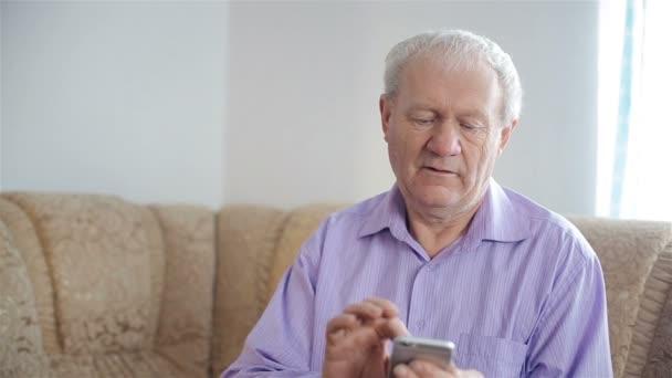Starý muž používá smartphone