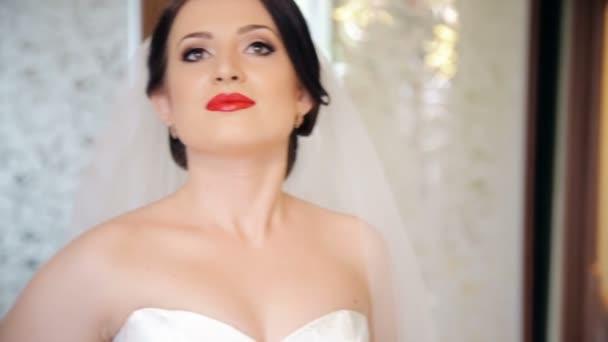 Krásná nevěsta pózuje pro fotoaparát