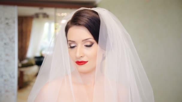 Při pohledu do kamery překrásná nevěsta