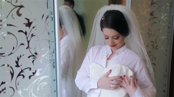 Krásná nevěsta s svatební šaty