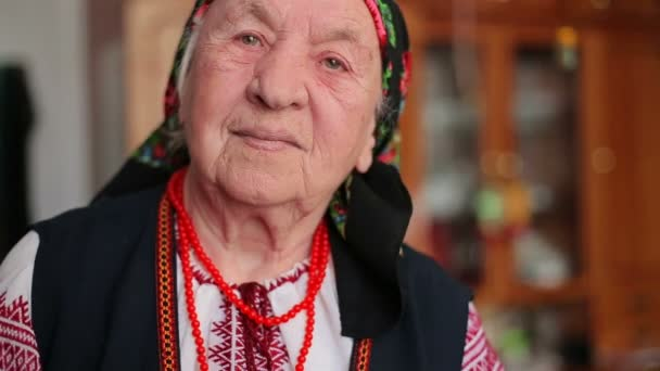 Großmutter in der Stickerei
