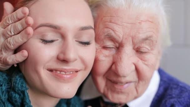 šťastná babička a vnučka