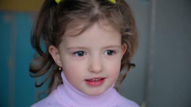 Veselý 5-letá dívka, kdo se směje