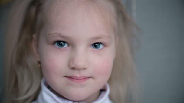 Portrét 5-letého dítěte, kdo se směje