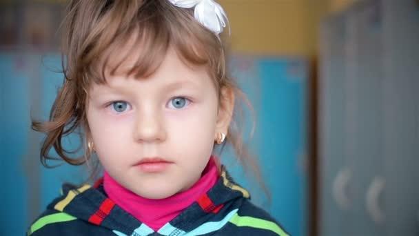 Portrét, dítě, kdo se dívá do kamery