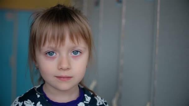 Jemné oči dívka s velkýma očima