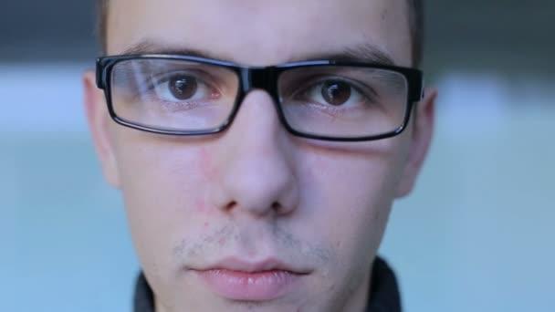 Cara sério com óculos Olha para câmera colaterais-acima — Vídeo de Stock 02f9748d22