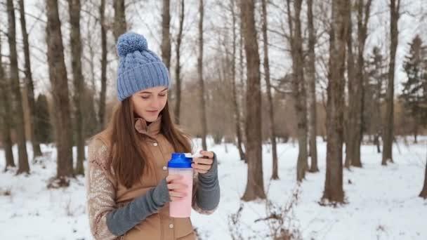 Gyönyörű lány, egy shaker a téli Park