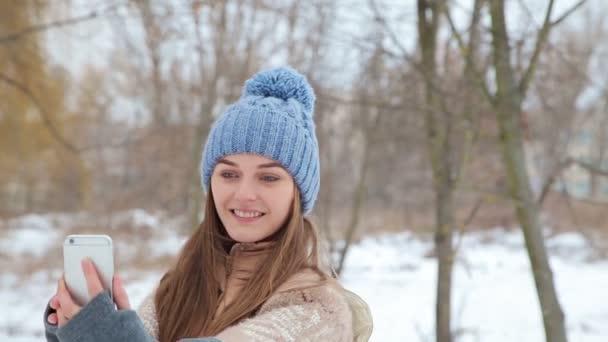 Krásná dívka, takže selfi v zimě parku