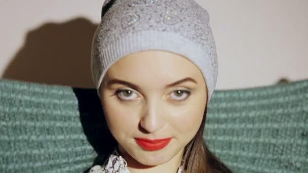 Krásná dívka nosí šátek