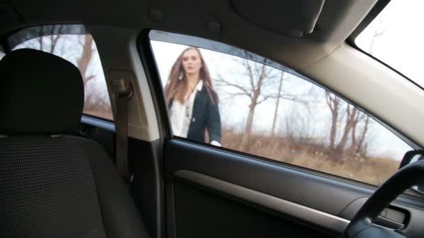 Видео сексуальная женщина на машине