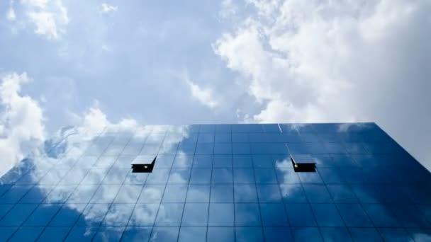 Oblaka odráží v ffice budova