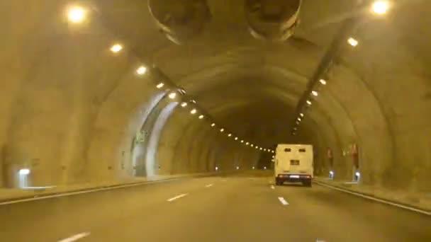 Auta na dálnici s tunely