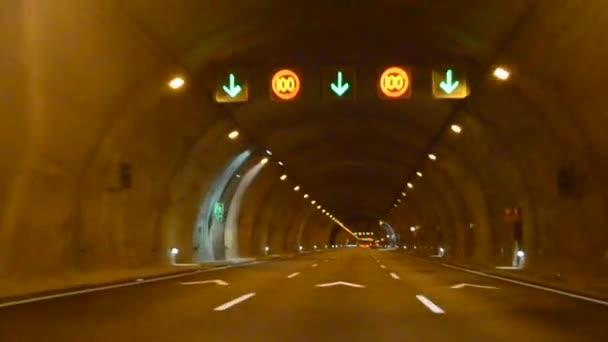 Auta v tunelu