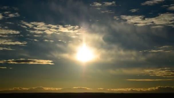 Západ slunce s rychle pohybující mraky