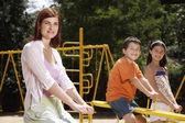 Anya és a gyerekek a játszótéren