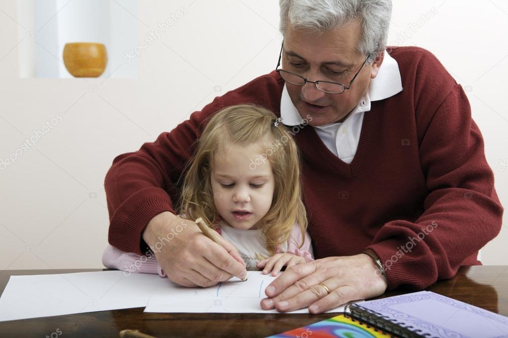 Grand Père Avec La Petite Fille De Dessin Photographie