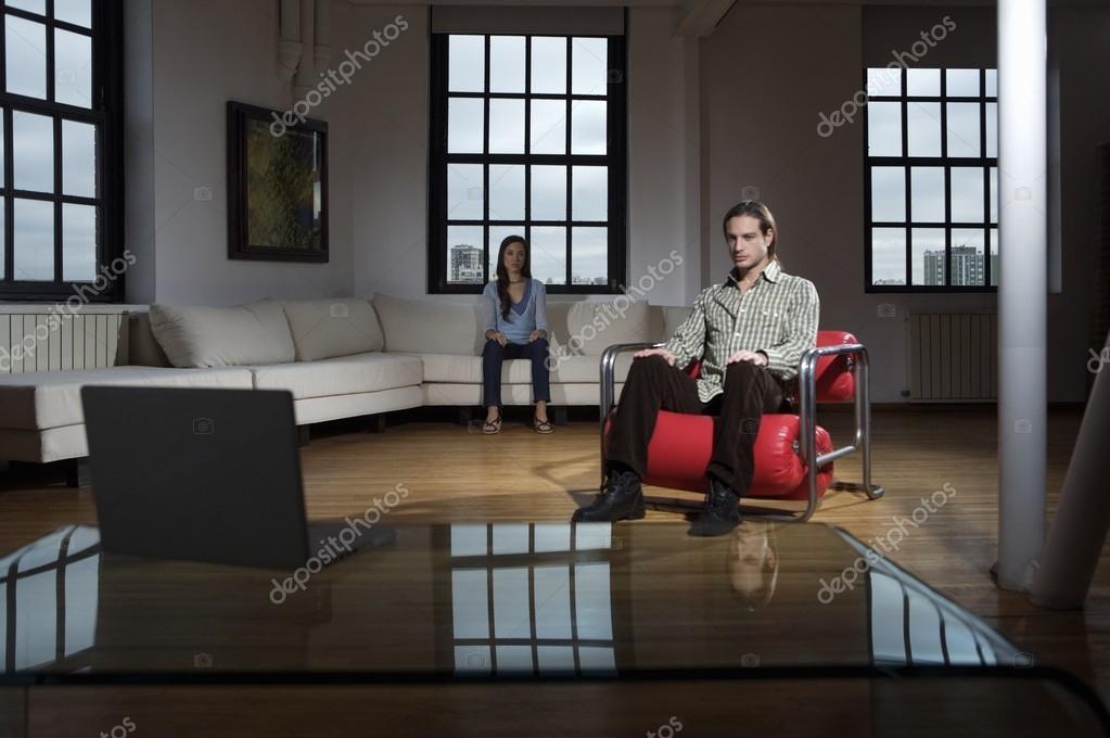junge Leute sitzen im Zimmer — Stockfoto © Focusarg #93928914