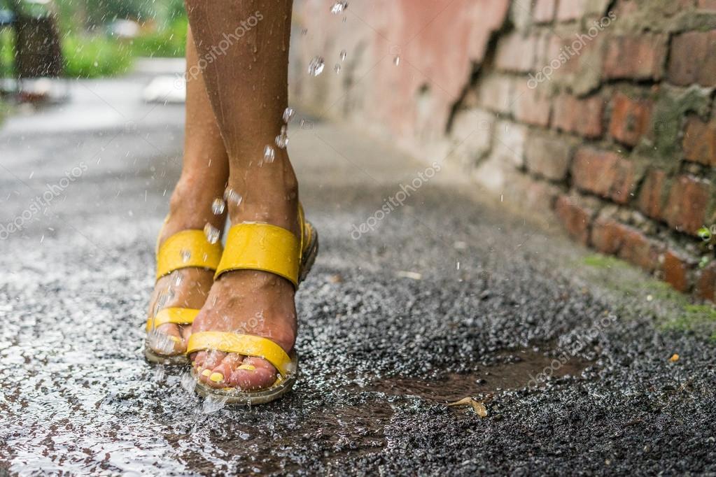Piedi delle donne sotto le gocce di pioggia foto stock for Piani di fattoria sotto 2000 piedi quadrati