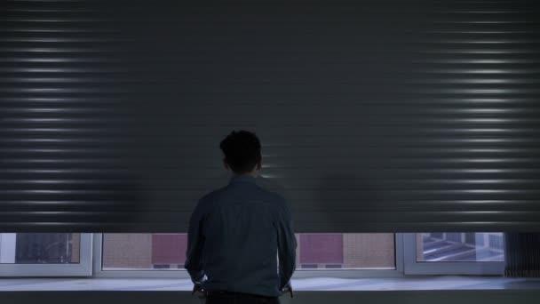 Otevírání a posuvné rolety na okna kanceláře