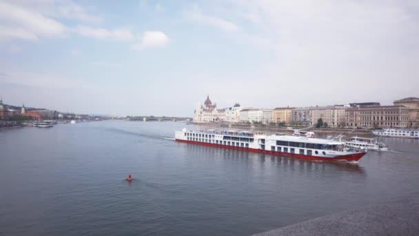 Loď se vznáší na řece v Budapešti