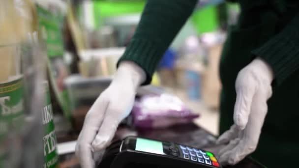 Közelkép az nfc techológiával érintésmentes fizetést használó személyről. Okostelefon chroma kulcs sablonnal. Nyilvános telefon