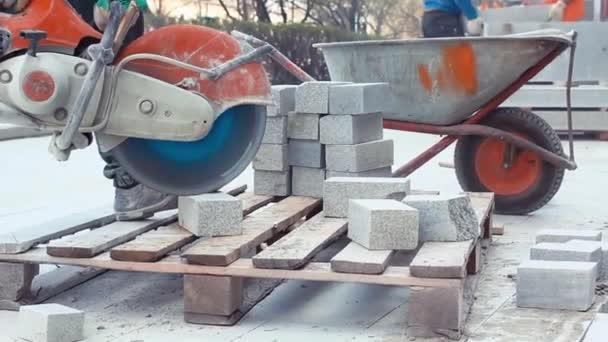 Mason stavební dělník opravit dlaždice desky v chodníku na silnici