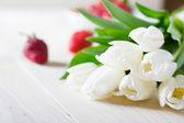 Jahody s bílými tulipány