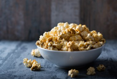 Popcorn with caramel in bowl