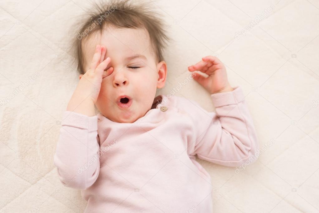 Bostezar y dormir hermoso bebé a niño en la cama. Retrato — Fotos de ...