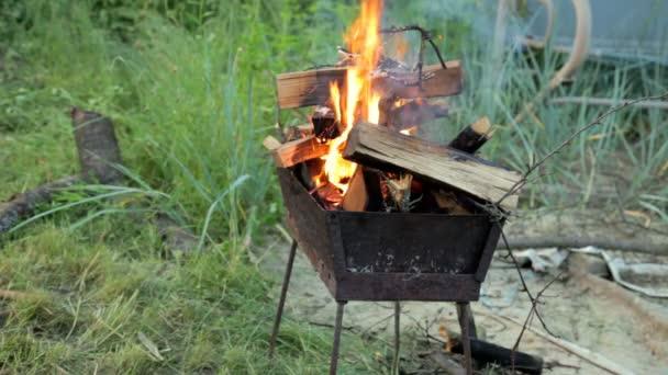 Spalování dřeva, na grilu