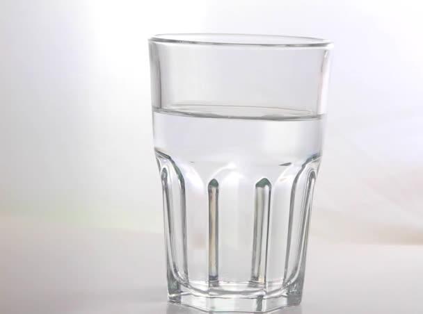 Sklenice vody a bubliny