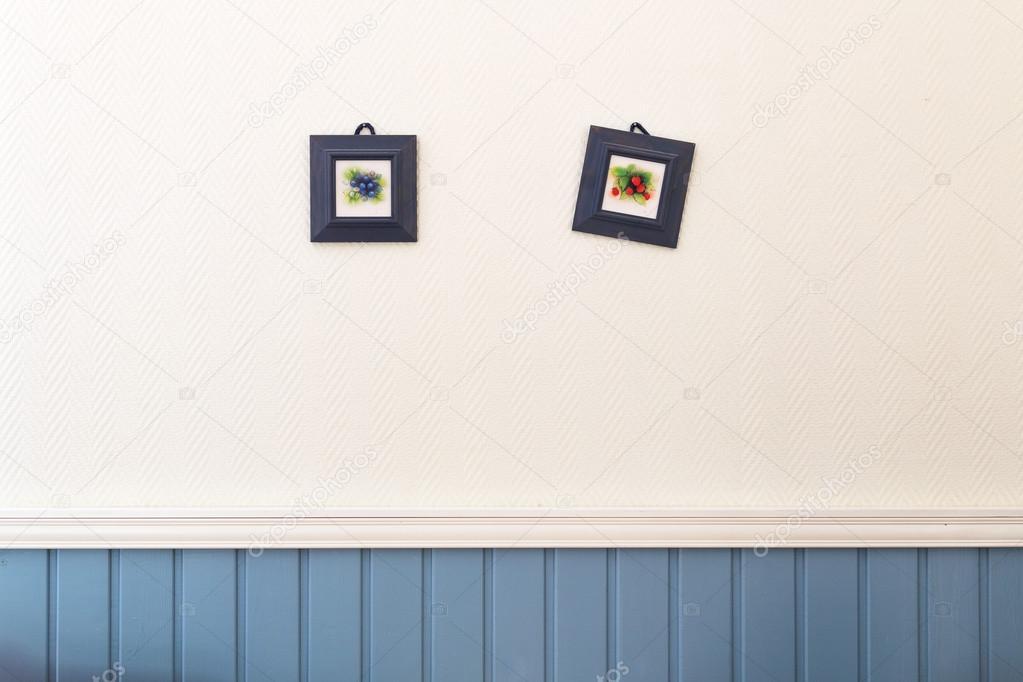 Zwei kleine quadratische Bilder von Heidelbeeren und Erdbeeren im ...