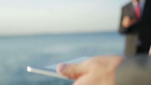 Geschäftsleute mit digitalem Tablet