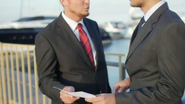 Obchodní konverzace v yacht klubu