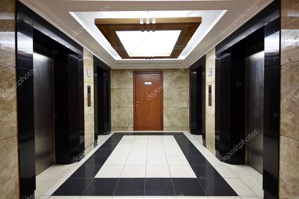Liften liften sectie in de gebouw corridor u stockfoto