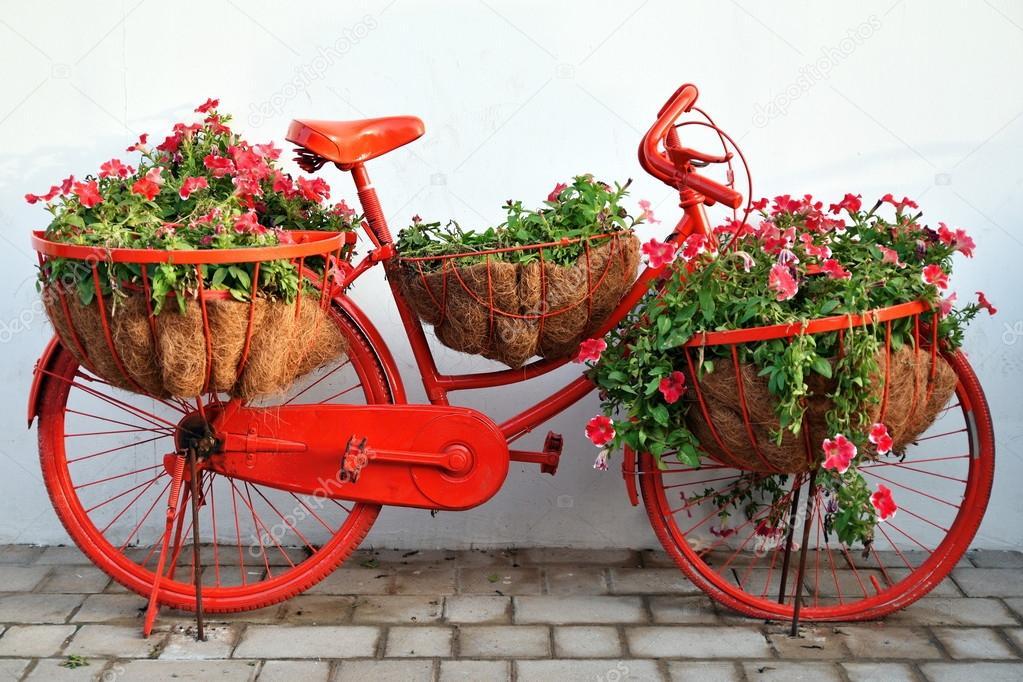 Vintage rower pe en kwiat w ogr d cud dubai dubai for Guardar bicicletas en el jardin
