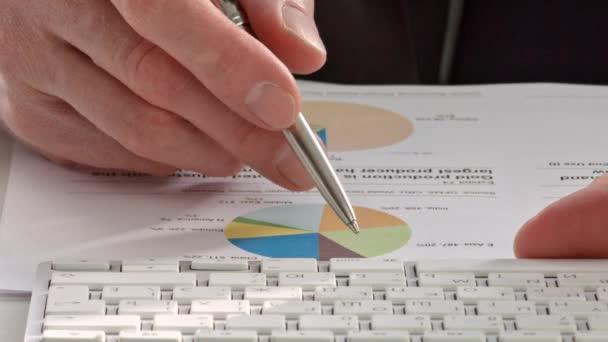 Poměrně rukou zobrazeno diagram na sestavě s perem