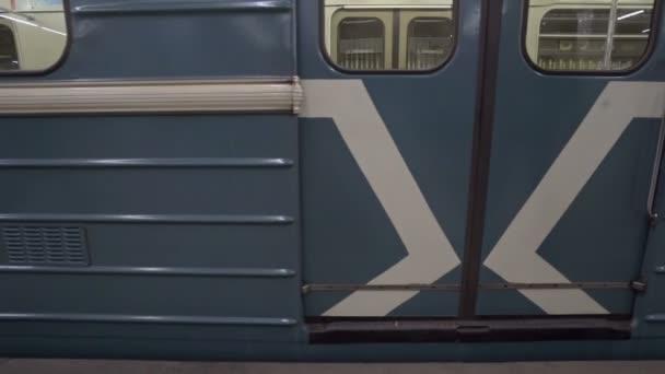 Vlak do stanice metra