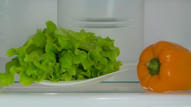 otevřít lednici s čerstvou zeleninou