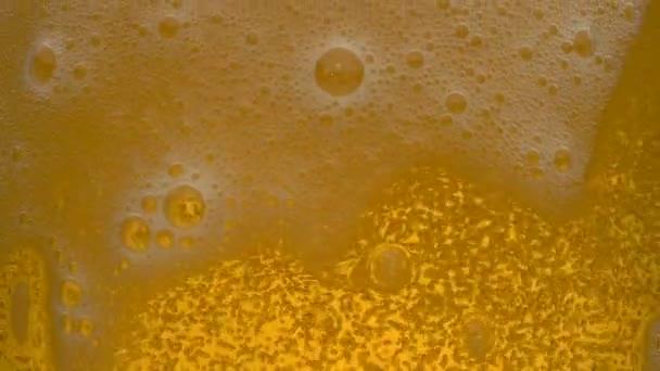 pivo s pěnou