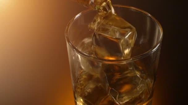 Csapos whiskey ömlött a pohárban tükörképe, meleg esti hangulat