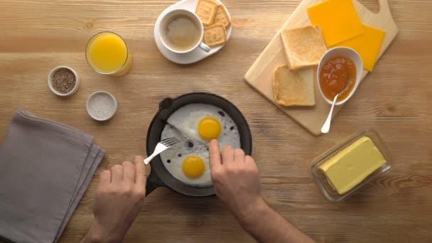 Male ruce držení zařízení. Snídaně smažených vajíček s toast a kávu
