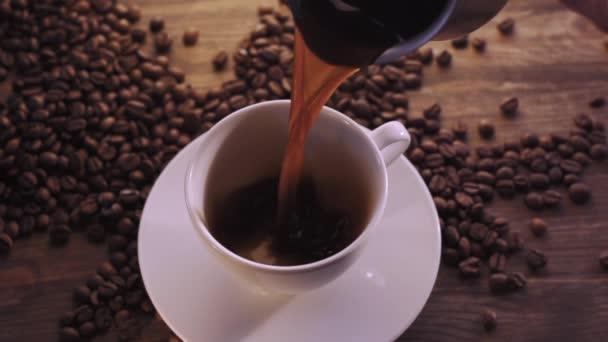 Kávový šálek a kávová zrna