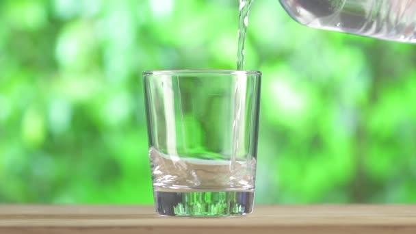 Čerstvá voda z plastovou láhev s vodou.